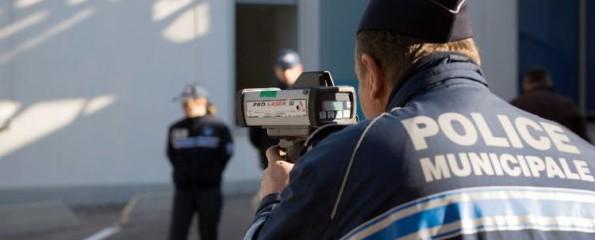 Un policier municipal de Marseille mesure la vitesse, en novembre dernier. (Photo Bertrand Langlois. AFP)