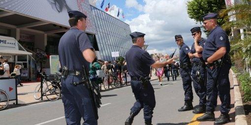 les-forces-de-police-devant-le-palais-des-festivals-de_891483_510x255